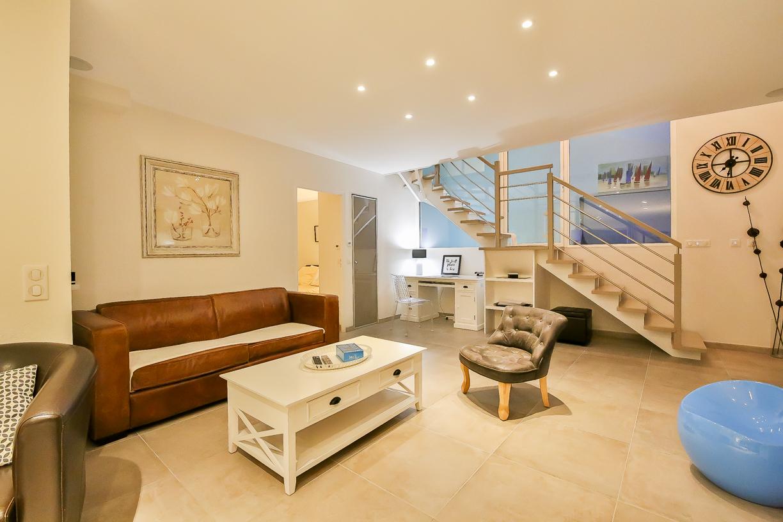 Salon de la villa de luxe avec piscine intérieure en Vendée