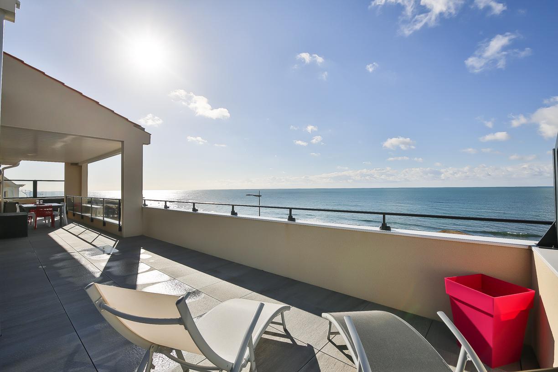 Vue mer pour ce duplex avec piscine intérieure privée et spa
