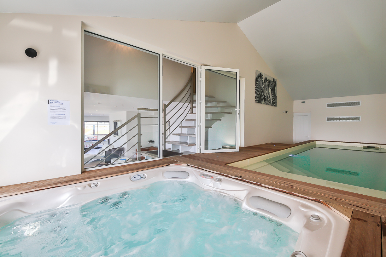 location villa de vacances avec piscine int rieure et spa. Black Bedroom Furniture Sets. Home Design Ideas